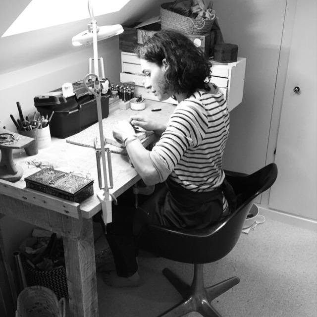 Yasmina dans son atelier